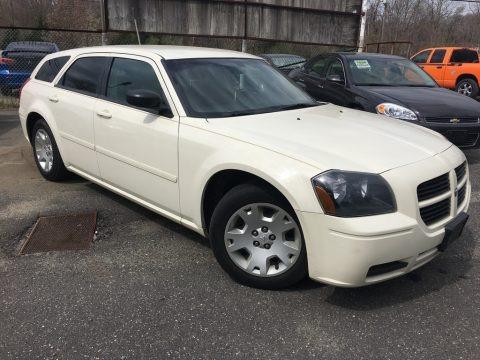 Cool Vanilla White 2005 Dodge Magnum SE