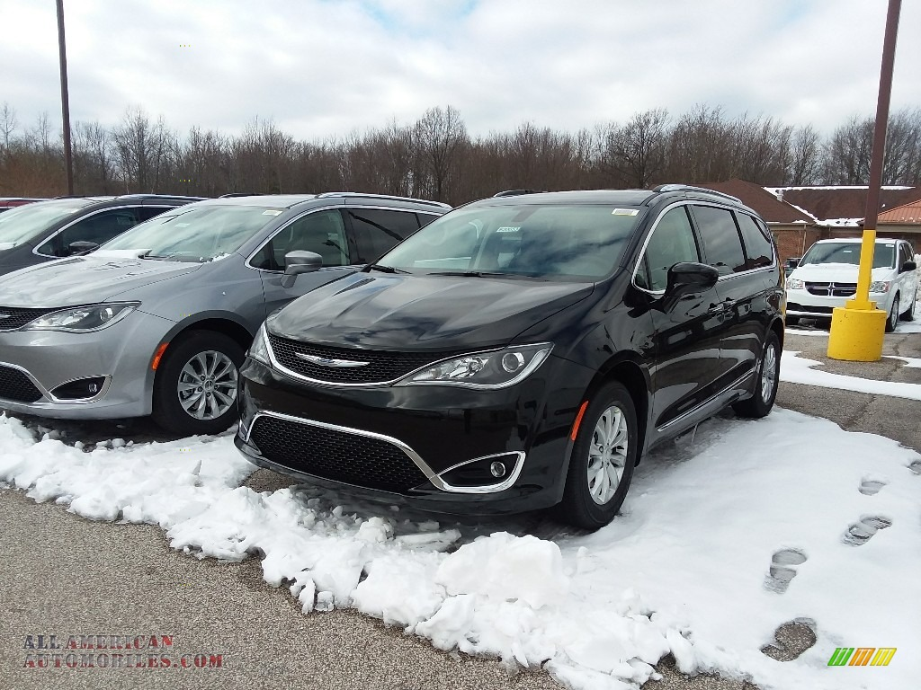 2018 Pacifica Touring L - Brilliant Black Crystal Pearl / Black/Alloy photo #1