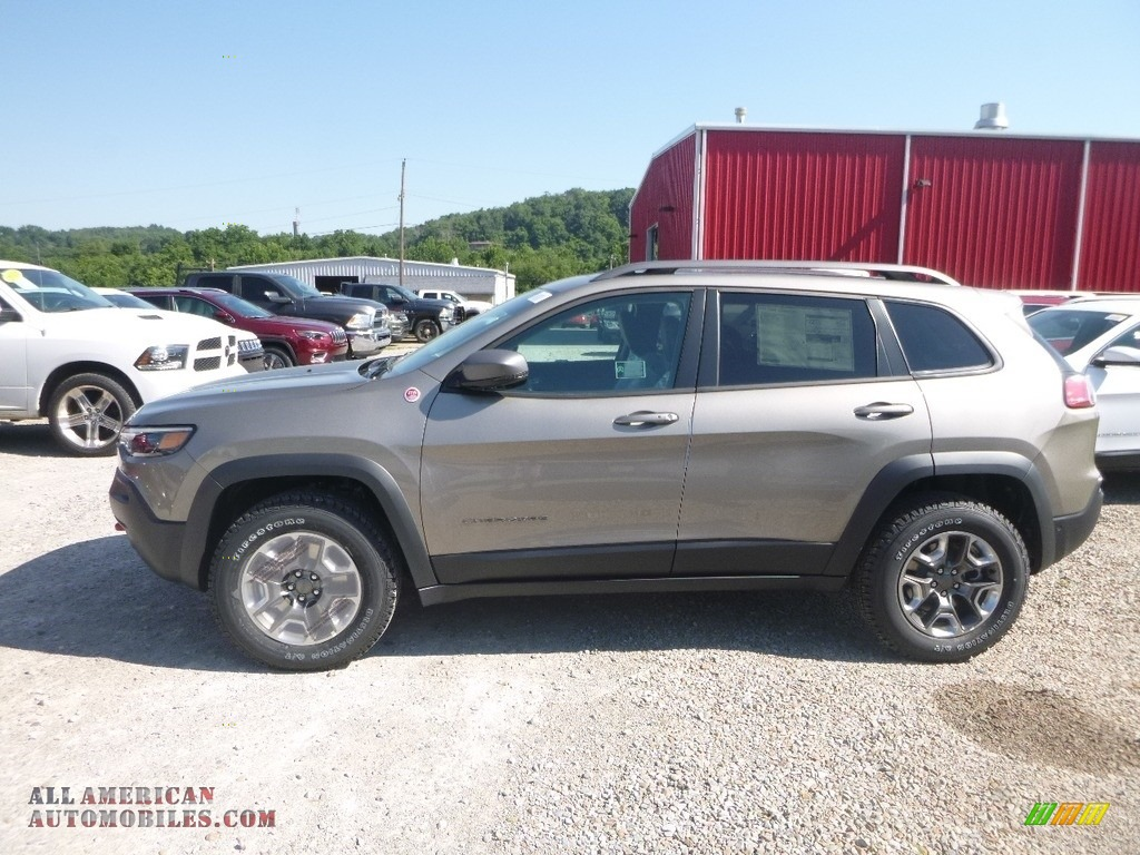 2019 Cherokee Trailhawk 4x4 - Light Brownstone Pearl / Black photo #2