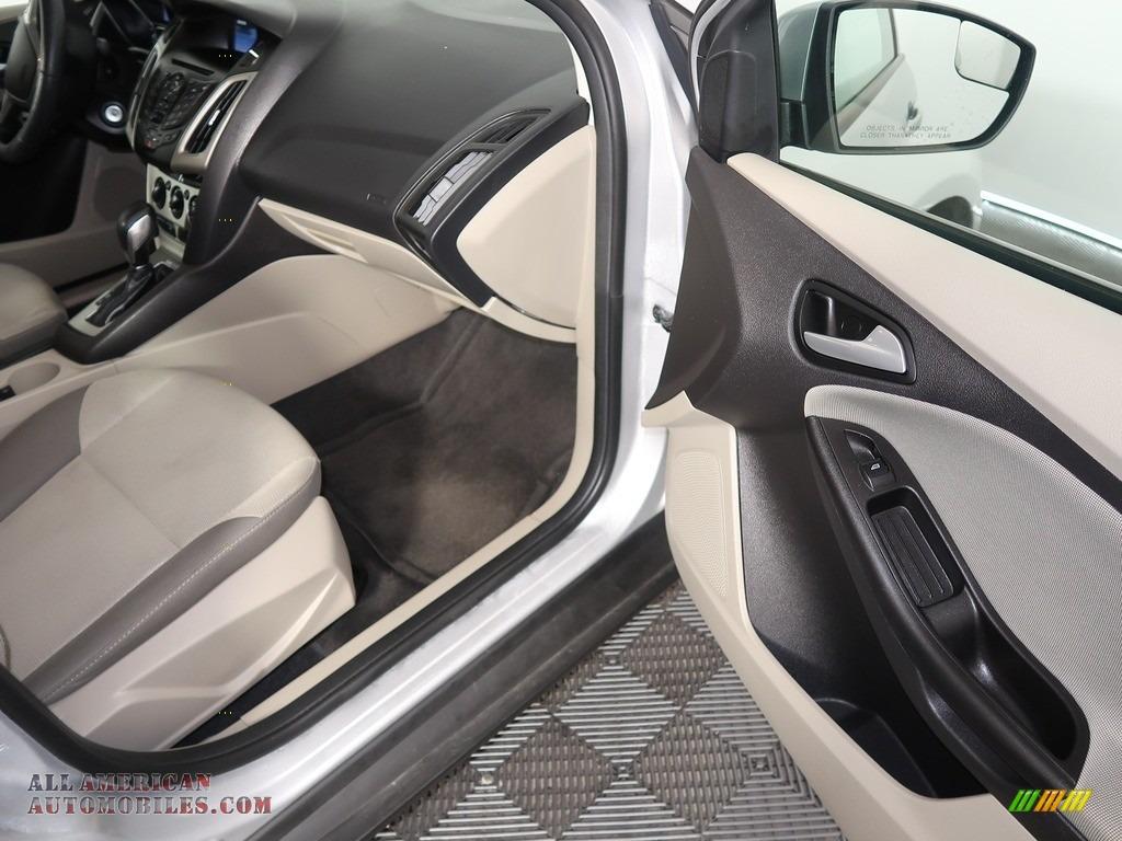 2014 Focus SE Sedan - Ingot Silver / Medium Light Stone photo #34