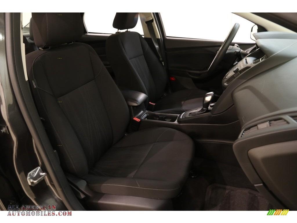 2016 Focus SE Sedan - Magnetic / Charcoal Black photo #14