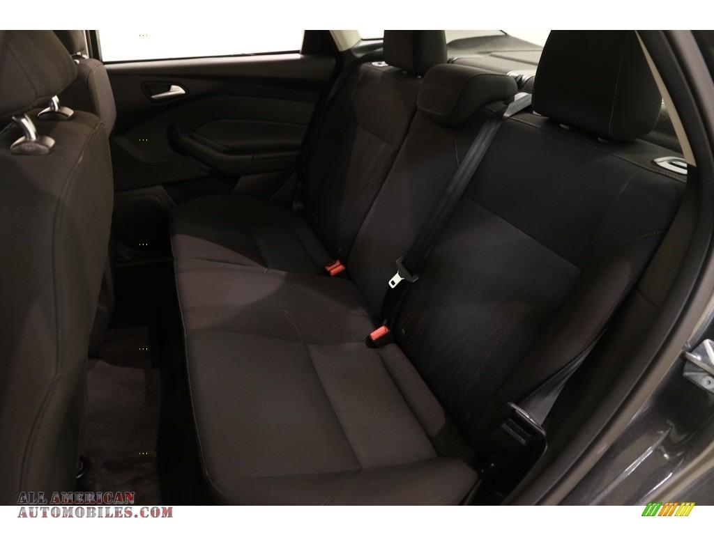 2016 Focus SE Sedan - Magnetic / Charcoal Black photo #16