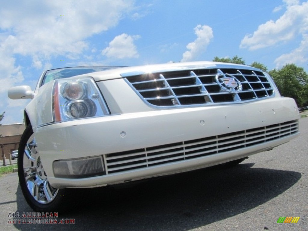 White Diamond Tricoat / Light Linen/Cocoa Accents Cadillac DTS Platinum