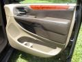 Chrysler Town & Country Touring Brilliant Black Crystal Pearl photo #32