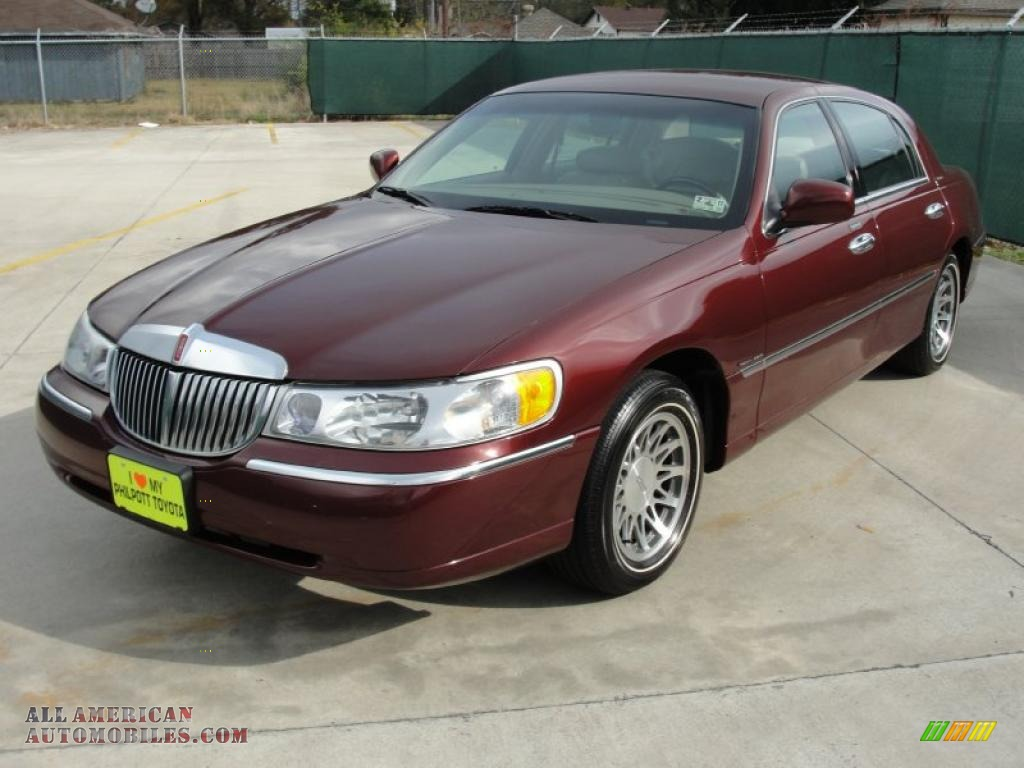 2001 lincoln town car signature in autumn red metallic. Black Bedroom Furniture Sets. Home Design Ideas