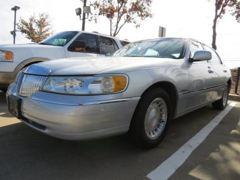 Silver Frost Metallic 2002 Lincoln Town Car Executive
