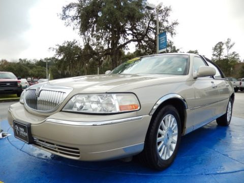 Pueblo Gold Metallic 2004 Lincoln Town Car Signature