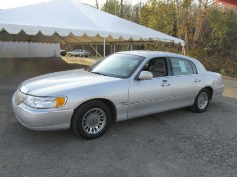 Silver Frost Metallic 2002 Lincoln Town Car Cartier